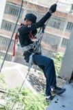 Brandbestrijderspraktijk het rappelling op toren stock afbeelding