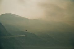 Brandbestrijdingshelikopter die boven bergen vliegen royalty-vrije stock foto