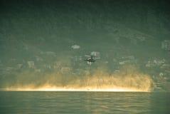 Brandbestrijdingshelikopter die dicht hierboven - water vliegen Stock Fotografie