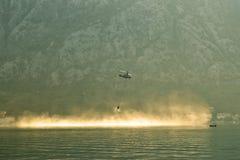 Brandbestrijdingshelikopter die hierboven - water vliegen Royalty-vrije Stock Foto