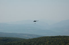 Brandbestrijdingshelikopter met waterbag Stock Afbeeldingen