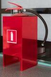Brandblusapparaat in een metaalrek in bureau stock fotografie