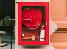 Brandblusapparaat en brandslangspoel in muurgang royalty-vrije stock foto's