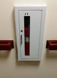 Brandblusapparaat in gang van de bureaubouw Stock Afbeeldingen