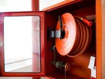 Brandblusapparaat met diverse die types van brandblusapparaten in de witte muur worden gevestigd Exemplaarruimte voor tekst en in royalty-vrije stock foto