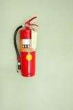 Brandblusapparaat op groene muur Stock Foto