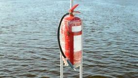 Brandblusapparaat, rood veiligheidsvoorwerp op blauw water, stock video