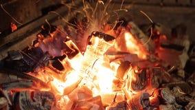 Brandbrandwonden in de grill stock footage