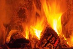 Brandbrandwonden in de open haard stock fotografie