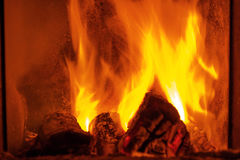 Brandbrandwonden in de open haard royalty-vrije stock fotografie