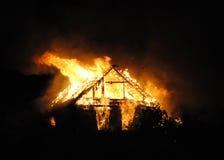 Brandbyhus på natten Arkivbild