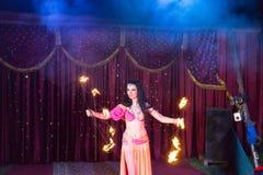 Branddanser Twirling Flaming Batons op Stadium royalty-vrije stock foto