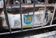 Brandde een politiewagen stock foto