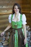 Bärande bavariandirndl för ung kvinna Arkivbilder