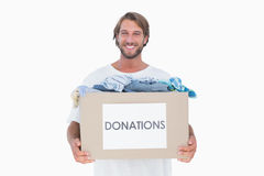Bärande donationask för lycklig man Arkivbild