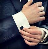 Bärande dräkt för elegant affärsman Arkivbild
