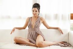 Bärande elegansklänning för härlig och sexig kvinna Arkivfoto