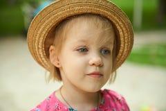 Bärande hatt för gullig ungeflicka utomhus Royaltyfri Bild