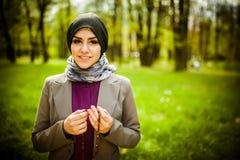 Bärande hijab för härlig muslimkvinna som ber på radbandet/tespih Royaltyfri Bild
