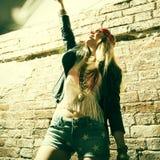 Bärande solglasögon för härlig hippie för ung kvinna Arkivbild