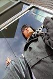 bärande torkdukekvinna för affär Royaltyfri Fotografi