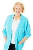 Bärande tröja för hög kvinna över vit bakgrund Arkivfoto