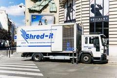Brandello-trasporta lavorare su autocarro al tagliuzzamento e al dispo residuo confidenziale Fotografie Stock