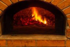 Branden bränner i en wood pizzaugn royaltyfri foto