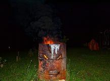 Branden bränner i natten i en trumma Fotografering för Bildbyråer