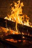 Brandende firewoods sintel in open haard Stock Fotografie