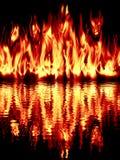Branden reflekterade i vatten på en svart bakgrund. Royaltyfri Foto