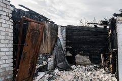 Branden-uit blijvend stilstaan met verkoolde muren en vernietiging stock afbeelding