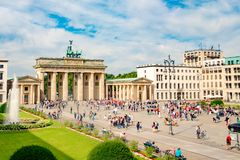 Brandenburg brama Platz i Pariser, tłumy przed Brandenburger Tor, Berlin, Niemcy obrazy stock