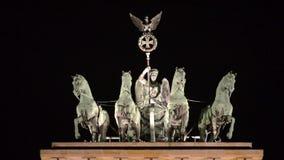 Brandenburg brama w Berlin, symbol i sławny punkt zwrotny w Niemcy, pokój i jedność Neoklasyczny zabytek przy nocą Symbol o zdjęcie wideo