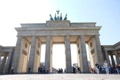 Brandenburg port Berlin med bl? himmel arkivbilder