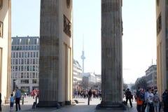 Brandenburg port Berlin med TVtornet arkivfoton