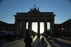 Brandenburg port, Berlin, på solnedgången Royaltyfri Bild