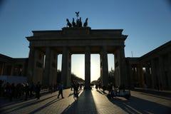 Brandenburg port, Berlin, på solnedgången Arkivbild