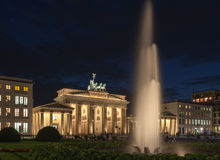Brandenburg port - Brandenburger Tor i Berlin arkivfoton