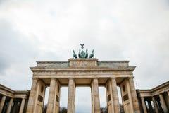 Brandenburg port i Berlin, Tyskland eller Förbundsrepubliken Tyskland Arkitektonisk monument i historisk mitt av Berlin Royaltyfri Foto