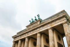 Brandenburg port i Berlin, Tyskland eller Förbundsrepubliken Tyskland Arkitektonisk monument i historisk mitt av Berlin Royaltyfria Foton