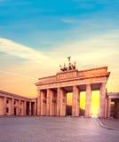 Brandenburg port i Berlin, Tyskland på solnedgången Arkivfoto