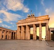 Brandenburg port i Berlin, Tyskland på solnedgången Royaltyfri Fotografi