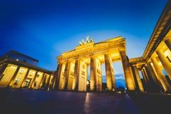 Brandenburg port i Berlin, Tyskland p? natten arkivbilder