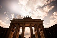 Brandenburg port mot en dramatisk himmel royaltyfri foto