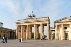 Brandenburg port och quadrigaen i Berlin Arkivfoto
