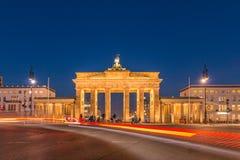 Brandenburg port på natten med ljus effekt av bilchaufförer royaltyfri fotografi