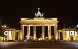 Brandenburg tor under natt royaltyfri fotografi