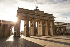 Brandenburger e luce solare a Berlino Immagine Stock