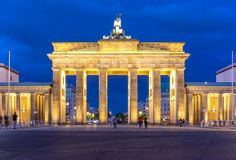 Brandenburger f?r Brandenburg port Tor p? natten, Berlin, Tyskland royaltyfria foton